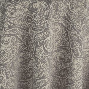 A quintessential old world classic with a twist, the small scale paisley of this Prado table linen is a versatile neutral with shimmering metallic shades.